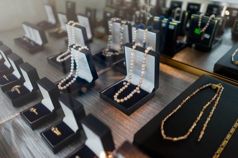 Gem Gallerie Display of pearl necklaces